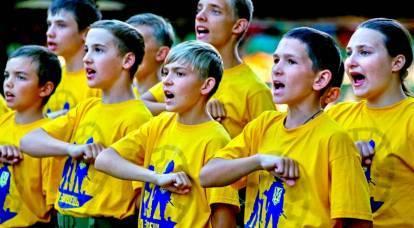 """""""Taglia tutti i russi"""": Kiev insegna ai bambini a resistere all '""""aggressore"""""""