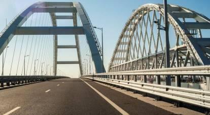 Attrezzature militari vengono lanciate attraverso il ponte della Crimea