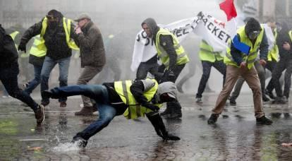 Parigi imperversa: il potere protegge i prezzi del carburante con i gas lacrimogeni