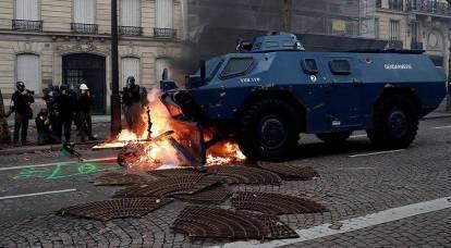 Veicoli blindati sono entrati a Parigi, i manifestanti stanno costruendo barricate