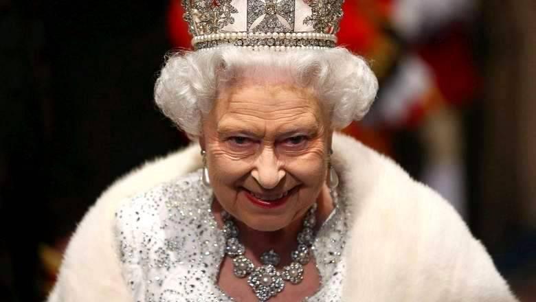 Елизавета II снимает корону