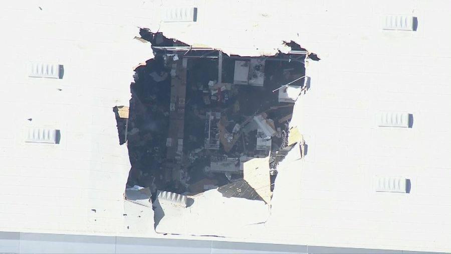 В Калифорнии истребитель F-16 с полным боекомплектом рухнул на здание. Фото