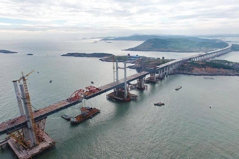 The world's longest road-rail bridge built in China