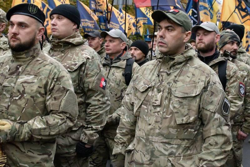 Вооруженные националисты прибывают к месту разведения сил на Донбассе