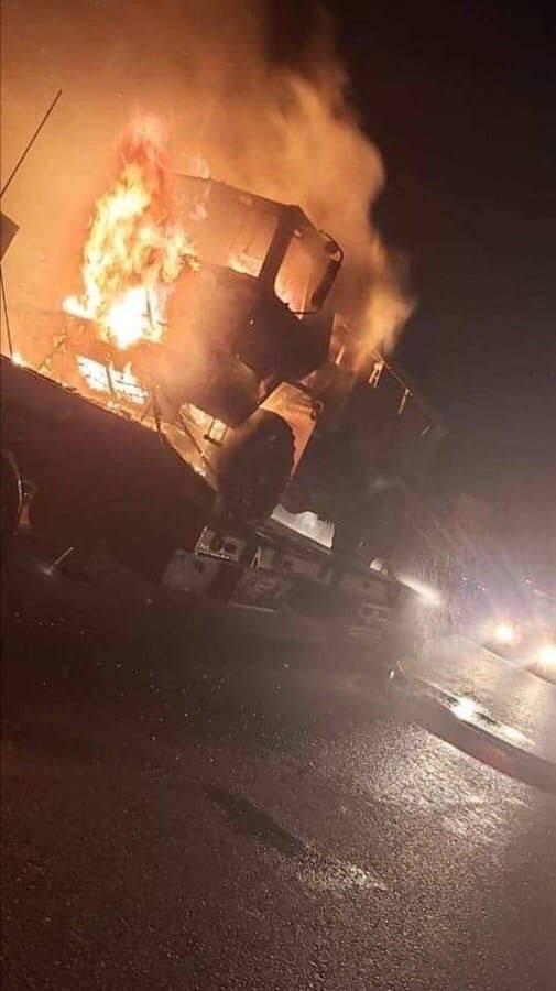 Uma coluna de equipamentos americanos queimou no caminho para a base no Iraque