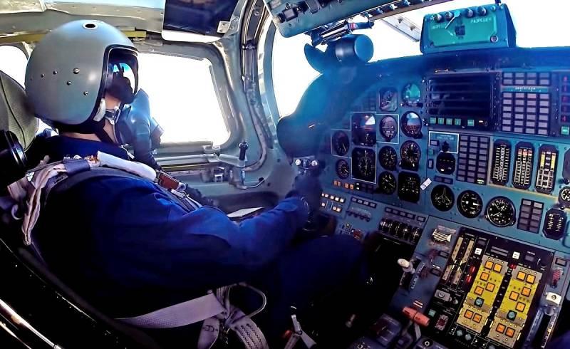 Российские летчики засняли, как Су-35 отгоняет шведский «Грипен» от Ту-160